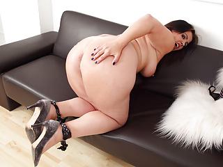 Milf Mature Mom vid: Curvy milf Montse Swinger fucks her pussy with a dildo