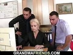 Dwóch facetów uwodzi blond dojrzałą kobietę