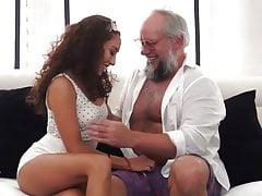 Nonno sporco con ragazza latina