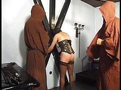 Zwei Mönche zeigen ihr in einem geilen Ritus, was passiert, wenn sie ist