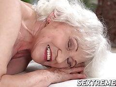 Nonna arrapata Norma ha bisogno di un giovane cazzo duro su un lettino da massaggio