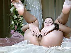 Nel suo letto troviamo Dominique che si spoglia nuda