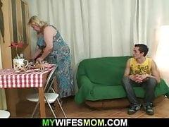 Il baise une énorme belle-mère et se fait démonter par sa femme