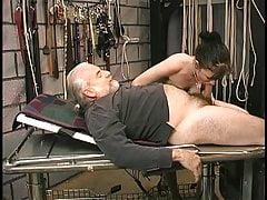 Jolie jeune fille avec la chatte rasée et le trou du cul serré se fait inspecter par son maître