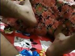 ragazzo indiano che gioca con il culo di sua madre e si masturba