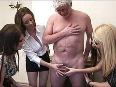 Ženy dávají handjobovi starému muži
