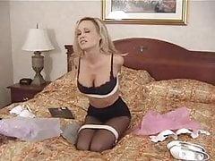 Mädchen in Bürokleidung, High Heels und Strumpfhosen Bondage