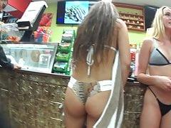 Dwaj przyjaciele z szczerym bikini szpiegowskim