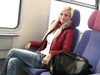 他媽的在火車中間