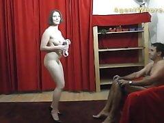 BUSTY MILF tančí a dělá striptýzovou show
