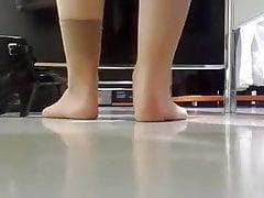 candidi piedini in nylon nello spogliatoio