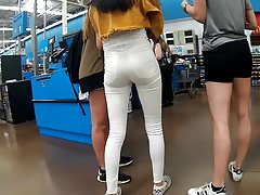 Enge, weiße Jeans zeigt die Pussy-Lücke