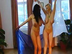 Sophie Mei e Shione Cooper nuda danza del ventre
