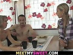 Alte Paare mit blondem jugendlich saugen und lecken sich