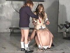 Japonki płci żeńskiej cieszą się niewolnikiem w gorącym wosku.