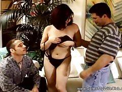 Brunette Swinger baise devant son mari