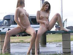 blinkende Mädchen Veronica und Nicole