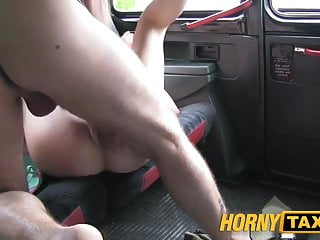 hornytaxi年輕的金發女郎,有大山雀在出租車餅