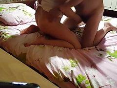 Pieszcząc swoją żonę zabawkami. Dildo, wibrator, cipka, łóżko, Cli