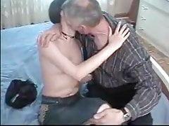 Dady seduce la figlia carina con i capelli ricci e la scopa