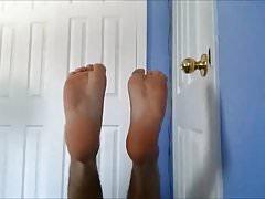 Spocone skarpetki i stopy chłopca po biegu