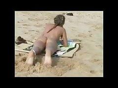 Carli Banks lampeggia alla spiaggia