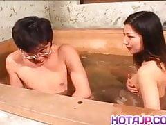 Ran Asakawa mit heißen Krügen bläst und wird gefingert