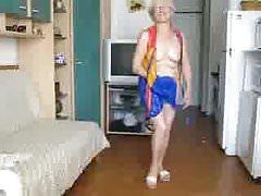 Babička se ukazuje pod šaty