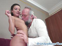 Bootylicious Teen Babe schmeckt Senioren Sperma
