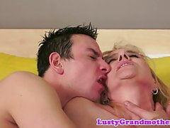 La nonna inculata ama succhiare i cazzi