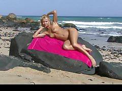 Hot teen blonde posant sur la plage publique