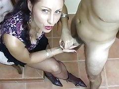 Delcia-Gottheit melkt ihren Sissy-Sklaven alle aus seinem Sperma