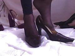 Cumming in Heels poi li indossa con calze e gambali