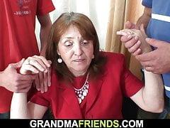 Vollbusige Büro-Oma nimmt zwei Hähne von beiden Enden