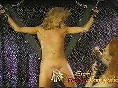 Drag queen sculacciata dalla sua dominatrice in una sessione di femdom caldo