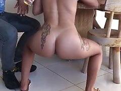 brasilianisches heißes Mädchen nackt in einer öffentlichen Bar