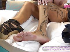 FOOTJOB E SHOEJOB DEL MILF TEDESCO