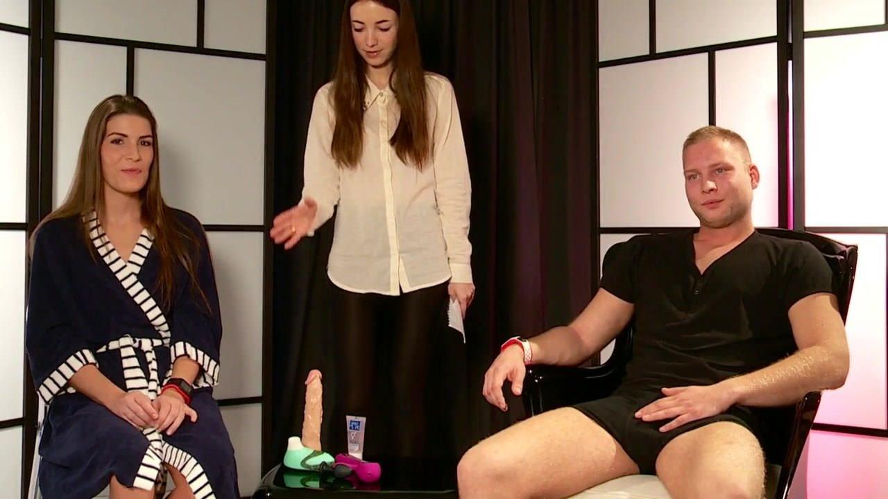 Женщины голые одеваются видео
