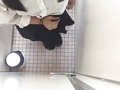 Mädchen in der Toilette