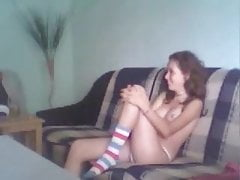 Nastolatka pieprzy się na kanapie