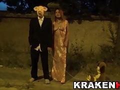 MILF sottomessa per strada con un uomo con una maschera di maiale