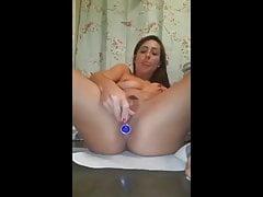 MILF avec plug anal dans le cul dans les toilettes publiques!