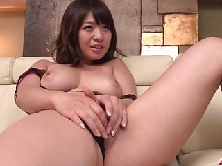 Wakaba Onoue在她华丽的阴部尝试年轻的阴茎