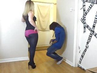 Ballbusting青少年在粉紅色的戰利品短褲破壞球