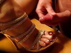 sperme sur des sandales dorées