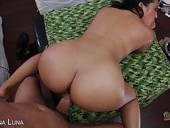 Seksowna brunetka z wielkim tyłkiem zostaje wyruchana!