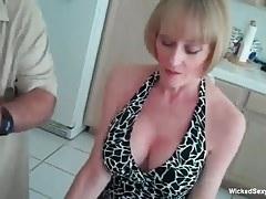 La mamma amatoriale si tocca la sua giornata sexy