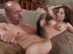 Piękna brunetka dostaje jej napiętą cipkę wypełnioną kutasem, gdy jej mąż patrzy