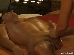 Massaggio amorevole con la sega con olio