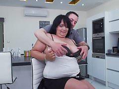 Reife große Mutter vom Sohn auf Küche verführt